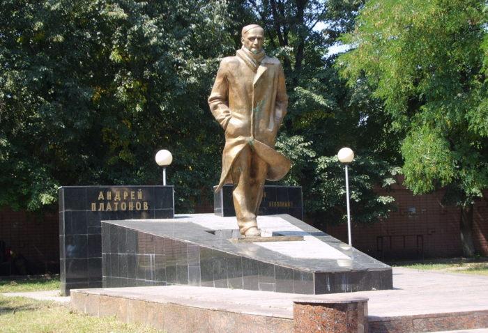 Памятник Платонову