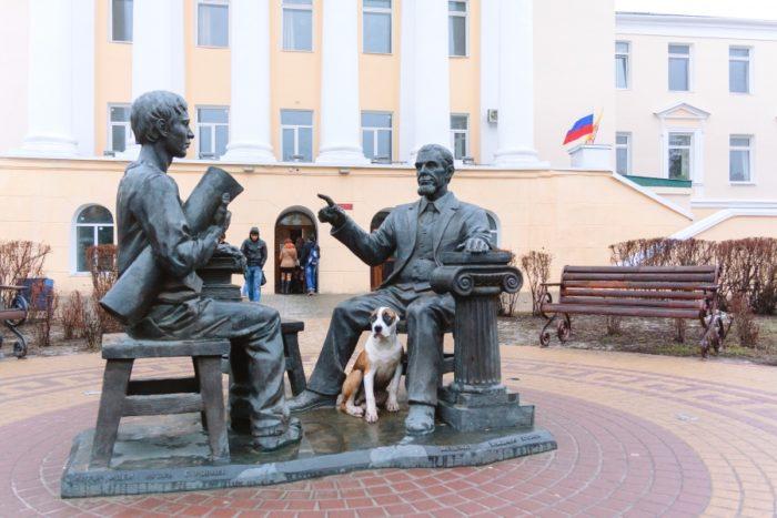 Памятник профессору и студенту