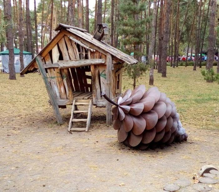 Шишка - скульптура